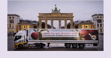 """Ein Apfel-Truck fährt vor dem Brandenburger Tor in Berlin vor. Foto-Aktion zum """"Tag des Deutschen Apfel"""" am 11. Januar 2021 (Copyrights: BVEO)"""