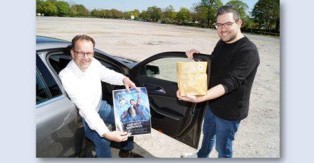 Bild: Geschäftsführer Martin Knabenreich (links) und Projektleiter Patrick Piecha freuen sich auf die fünf Kino-Termine an der Radrennbahn. (Copyrights: Bielefeld Marketing)