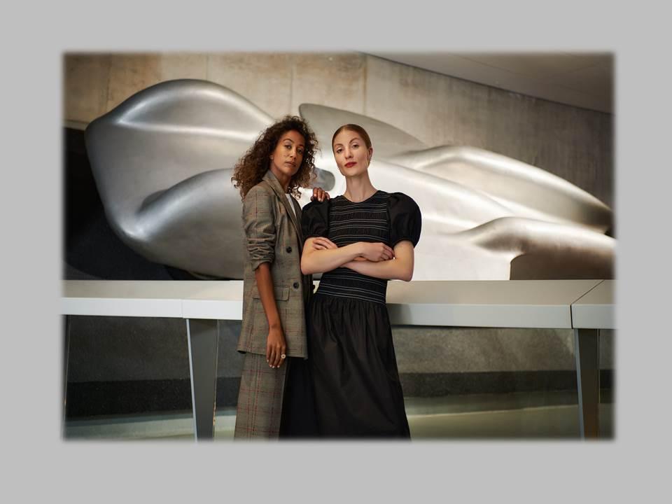Bild: Rabea Schif und Lisa Banholzer führen als Moderatorinnen-Duo durch das Breuninger Live Video Shopping vor der Kulisse des Mercedes-Benz-Museums in Stuttgart. (Bildrechte: E.Breuninger GmbH & Co. Fotograf: STUDIO SCHÖTTGER)