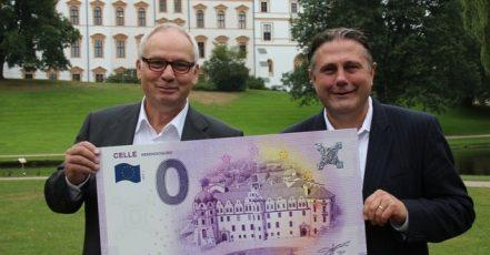 Bild: Matthias Hinrichsen und Klaus Lohmann präsentieren eine XXL Version des Null-Euro-Scheins für Celle (Copyright: CTM | Fotograf: Marcus Feuerstein)