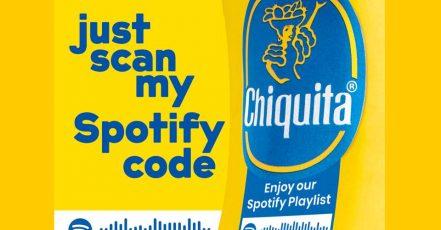 Chiquita Spotify Sticker. Zusammen mit Spotify setzt Chiquita seine berühmten Blue Sticker ein, um Fans Musikunterhaltung für Zuhause zu bieten.