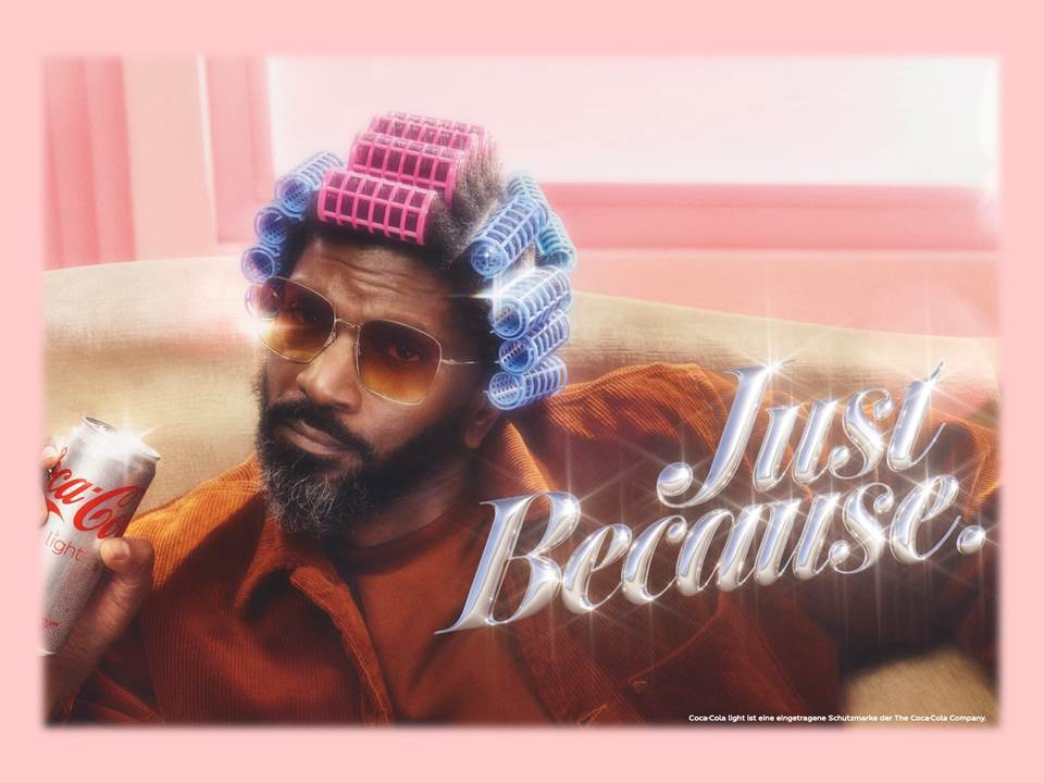 "Titelbild: Motiv der Coca-Cola light ""Just because""-Kampagne 2021 (Copyrights: The Coca-Cola Company)"