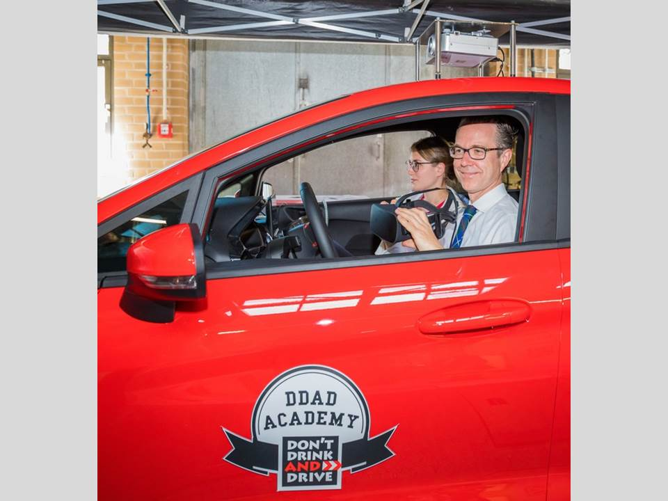 Foto: © Frankenberg. Dr. Berend Lindner, Staatssekretär im Niedersächsischen Ministerium für Wirtschaft, Arbeit, Verkehr und Digitalisierung, testet mit Vanessa Petry vom DDAD-Team den Promille-Fahrsimulator bei der Auftaktveranstaltung der DDAD (DON'T DRINK AND DRIVE) Academy 2019