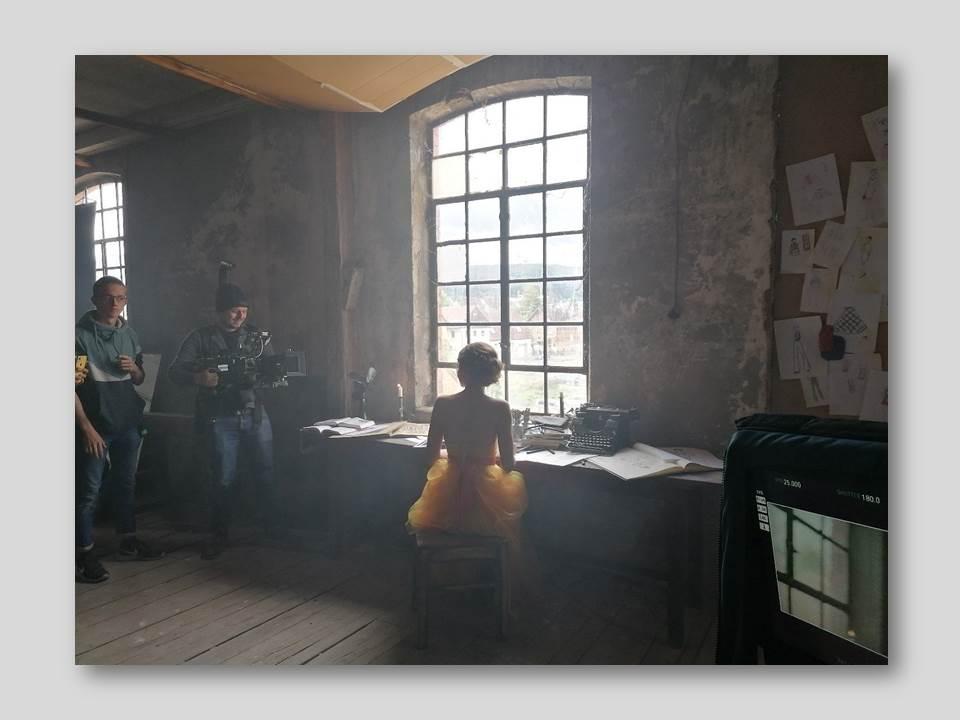 Zeitreise: Der Video-Dreh fand in einer stillgelegten Lederfabrik statt. (Quelle: BERNINA.com)