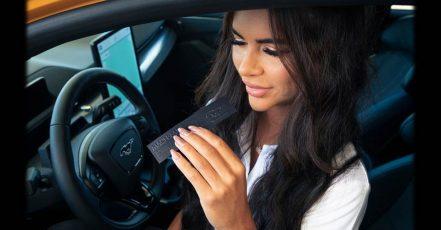Bild: Ford Mach-Eau | Ford entwickelt Parfüm - Benzin-Fans kommen mit dem vollelektrischen Ford Mustang Mach-E GT nicht zu kurz. (Fotograf / Bildrechte: Christopher Ison)