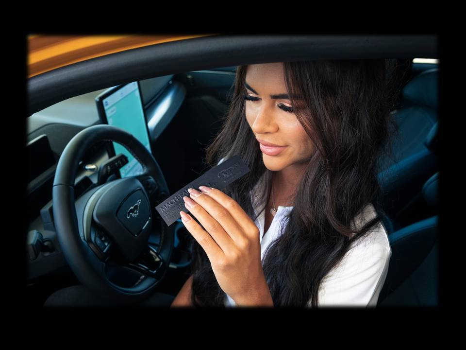 Bild: Ford Mach-Eau   Ford entwickelt Parfüm - Benzin-Fans kommen mit dem vollelektrischen Ford Mustang Mach-E GT nicht zu kurz. (Fotograf / Bildrechte: Christopher Ison)
