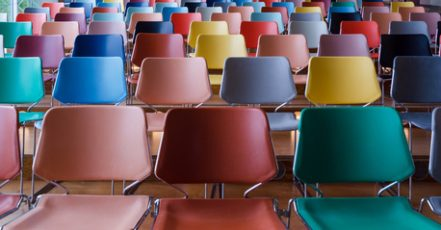 Rows of colorful chairs in Auditorium | copyright by siraanamwong – Fotolia.com