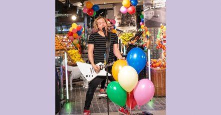 """Bild: Kasalla Gitarrist """"Flo"""" beim Konzert im REWE Markt"""