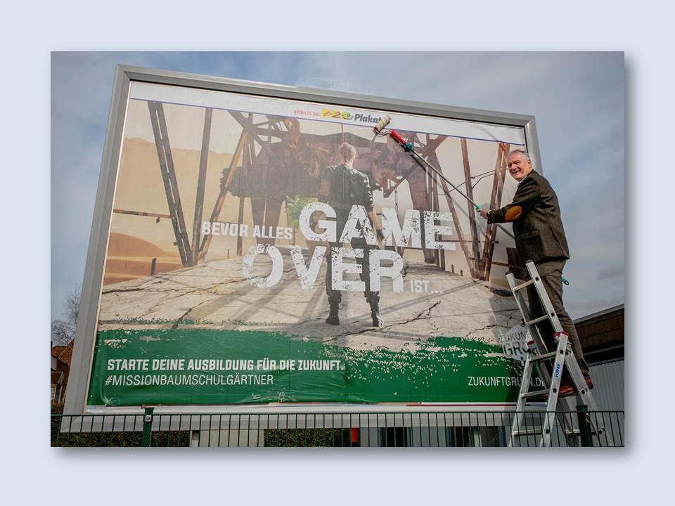 Bild: BdB-Präsident Helmut Selders gibt den symbolischen Startschuss für die neue Ausbildungskampagne. Bildrechte: Bund deutscher Baumschulen (BdB) e.V. Fotograf:  BdB/Simone Ahlers