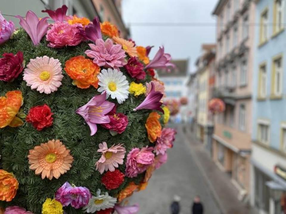 Bild: Einer der 40 bunten Blumenbälle in Konstanz – die Aktion der Marketing und Tourismus Konstanz GmbH ist noch bis Mitte Juni 2021 zu sehen