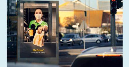Bild: Kurzfristige Reaktion auf den erneuten Lockdown - McDonald's Deutschland verwandelt Plakatflächen in McDrive-Schalter (Copyrights: McDonald's Deutschland)