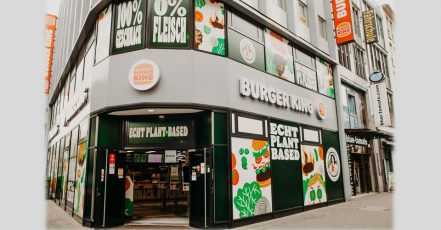 Bild: Mit dem weltweit ersten (und einzigen) Plant-based Burger King® Restaurant in der Kölner Schildergasse knüpft das Systemgastronomie-Unternehmen an den anhaltenden Trend zu einer fleischlose(re)n Ernährung an. (Bildrechte / Fotograf: BURGER KING Deutschland GmbH)