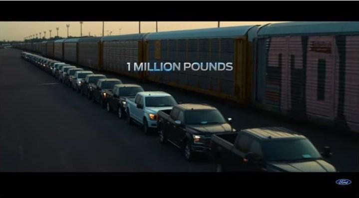 Screenshot Video_ Der batterie-elektrisch betriebene Ford F-150 zieht 10 Eisenbahn-Waggons