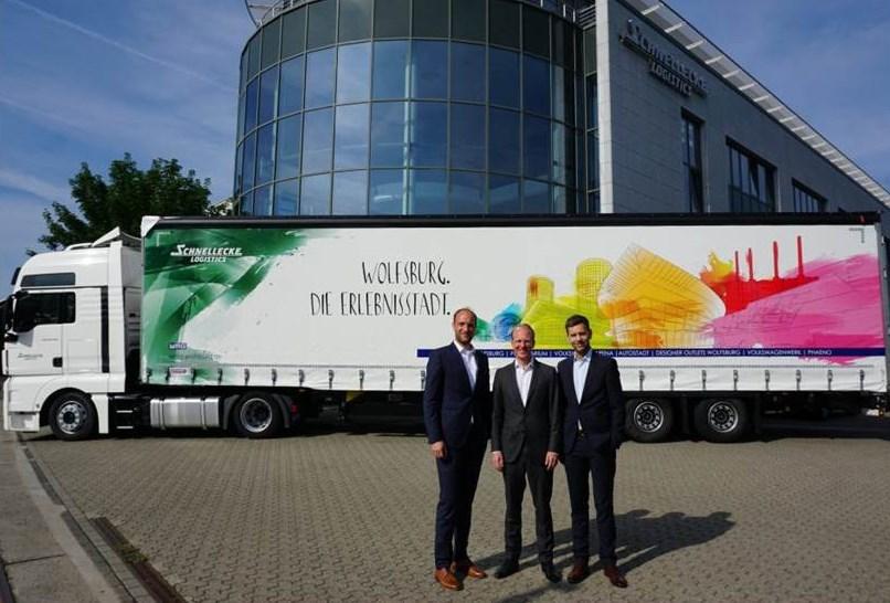 Foto: WMG | Jens Hofschröer (WMG), Nikolaus Külps (Schnellecke Group AG & Co. KG) und Dennis Weilmann (Wirtschaftsdezernent der Stadt Wolfsburg / Geschäftsführer der WMG)