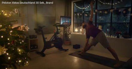 Screenshot: Weihnachts-Workout 2020 – Peloton TV-Spot auf Youtube